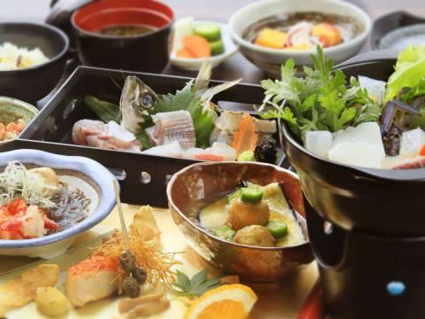 秋の「特選会席」。金目鯛の焼き物、紅葉型の野菜で彩られた秋の味をお楽しみください♪